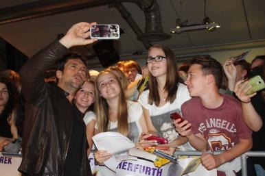 """Bora Dagtekin im Selfie Rausch bei der """"Fack Ju Göhte 2"""" Kinotour im Cineplex Siegburg"""