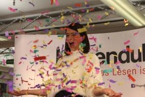 Lisa-Marie Koroll lässt im Hugendubel Frankfurt Konfetti regnen
