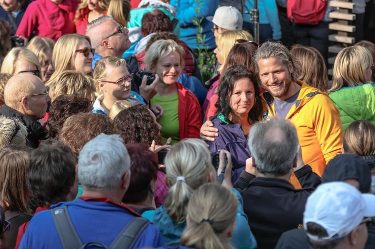 Sebastian Ströbel mit Fans bei der 6. Original Fanwanderung in Ramsau am Dachstein