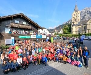 Die Teilnehmer und die Bergretter Stars beim gemeinsamen Gruppenfoto der 6. original Fanwanderung in Ramsau am Dachstein