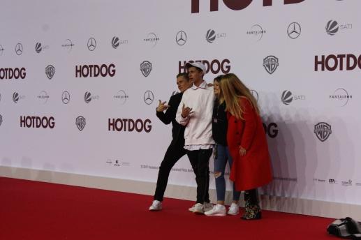 """Matthias Schweighöfer crasht in das Bild von Ann-Sophie Briest und Familie bei der """"Hot Dog"""" Premiere in Berlin"""
