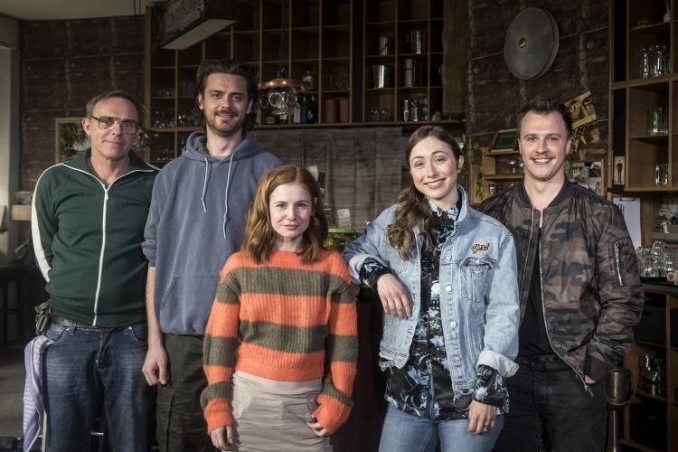 """Dirk Martens, Sebastian Fräsdorf, Josefine Preuß, Marie Rathscheck und Tim Kalkhof in """"Nix Festes"""""""
