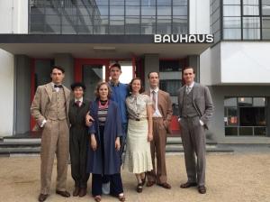 """Noah Saavedra, Nina Gummich, Alicia von Rittberg, Marie Hacke, Jörg Hartmann, Ulrich Brandhoff und Gregor Schnitzler am Set von """"Bauhaus"""""""