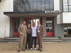 """Noah Saavedra, Alicia von Rittberg, Nico Hofmann und Jörg Hartmann am Set von """"Bauhaus""""."""