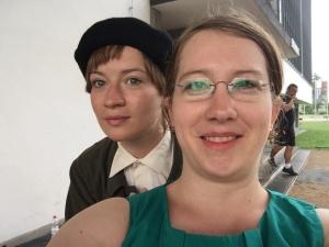 """Nina Gummich und Sabrina Heun am Set von """"Bauhaus"""""""