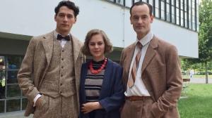 """Noah Saavedra, Alicia von Rittberg und Jörg Hartmann am Set von """"Bauhaus"""""""