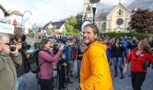 Sebastian Ströbel und Luise Bähr umringt von zahlreichen Fans bei der 7. Bergretter Fanwanderung in der Ramsau