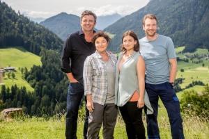"Hans Sigl, Monika Baumgartner, Ronja Forcher und Heiko Ruprecht in ""Der Bergdoktor"""